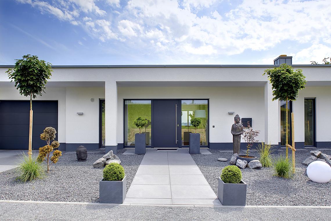 Eingangsbereich Haus Außen : kern haus homestory wohntraum mit weitblick ~ Watch28wear.com Haus und Dekorationen