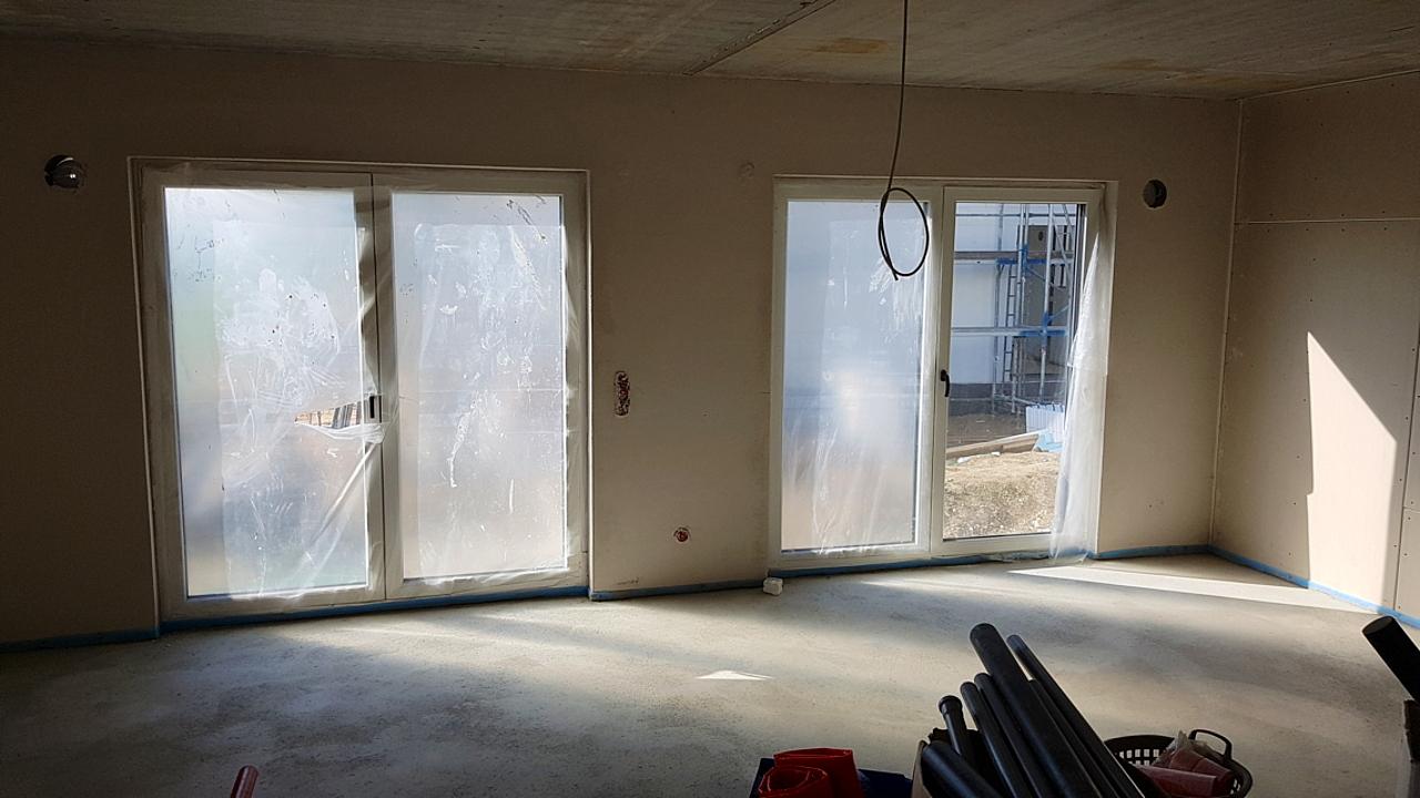 Innenraum Mit Zwei Doppelflügeligen Terrassentüren.